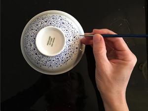 peinture d'un bol bleu